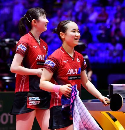 女子ダブルスで準決勝進出を決め、笑顔で引き揚げる伊藤(右)、早田組=ブダペスト(共同)