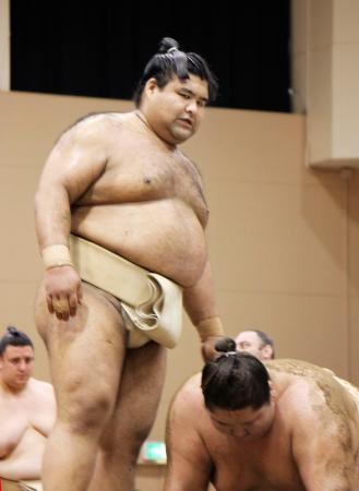 大相撲の春巡業で稽古をする高安(左)と逸ノ城=26日、東京都青梅市