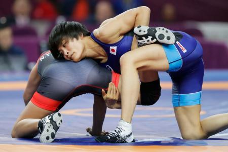 女子57キロ級3位決定戦 ベトナム選手(左)を攻める伊調馨=西安(共同)