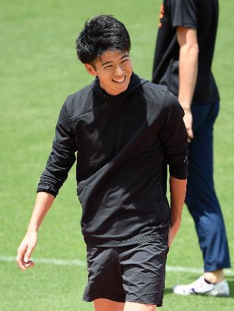 練習で笑顔を見せる男子100メートルの多田修平=エディオンスタジアム広島