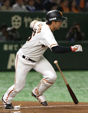 2回巨人2死一、二塁、山本が中前に先制打を放つ=東京ドーム