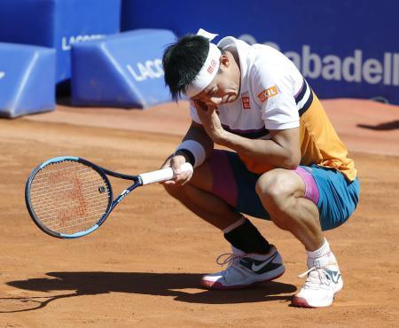 シングルス準決勝でポイントを奪われ、しゃがみ込む錦織圭=バルセロナ(共同)