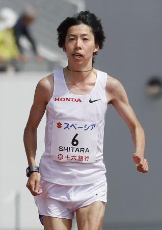 日本人男子トップの5位でゴールする設楽悠太=岐阜長良川競技場