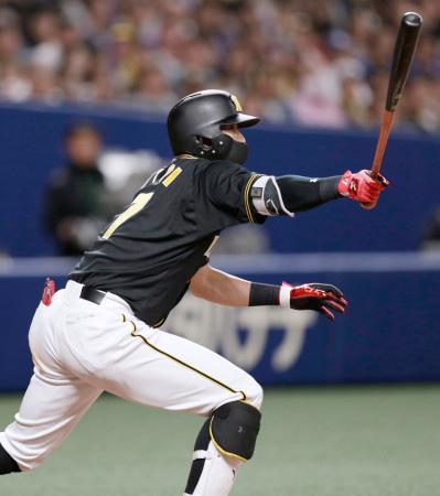 7回阪神1死二、三塁、糸井が右翼線に勝ち越しの2点二塁打を放つ=ナゴヤドーム