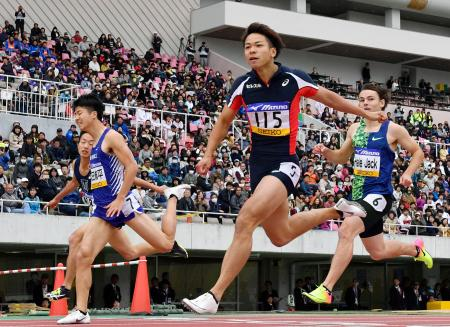 男子100メートル決勝 10秒19で優勝した白石黄良々(手前)。左から2人目は2位の多田修平=エディオンスタジアム広島