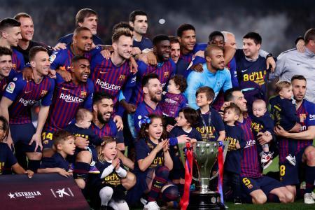 サッカーのスペイン1部リーグで2連覇を決めたバルセロナの選手たち=27日、バルセロナ(AP=共同)