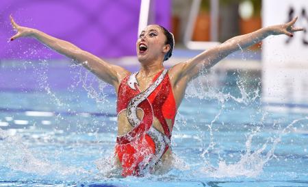 ソロ・フリールーティンで優勝した乾友紀子の演技=東京辰巳国際水泳場