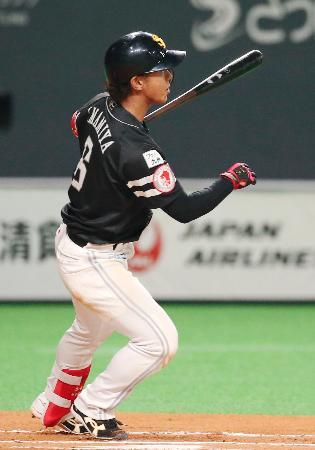 6回ソフトバンク1死二塁、今宮が左中間に決勝二塁打を放つ=札幌ドーム