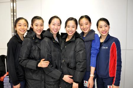 新体操のW杯バクー大会の団体総合で優勝し、帰国後、笑顔を見せる日本代表の杉本早裕吏主将(左から3人目)ら=29日、成田空港