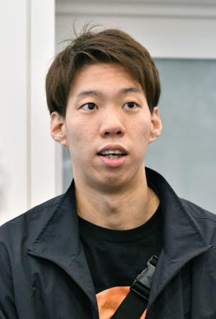 中国・広州から帰国し取材に応じる競泳の渡辺一平=29日、羽田空港