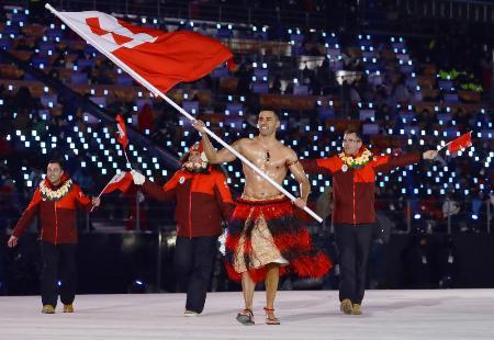 平昌冬季五輪開会式の入場行進で、トンガ選手団の旗手を務めるピタ・タウファトフア=2018年2月(共同)
