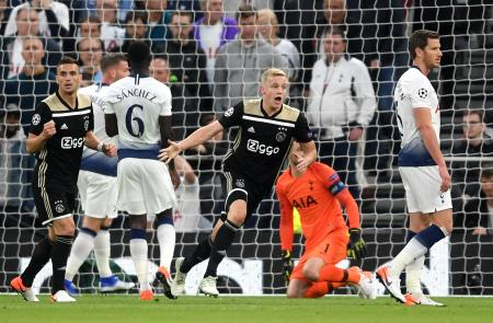 サッカーの欧州チャンピオンズリーグ(CL)準決勝第1戦、トットナム戦で先制点を決めたファンデベーク(中央)=30日、ロンドン(ゲッティ=共同)