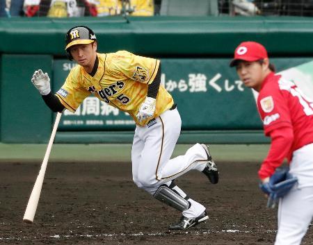 5回阪神1死二、三塁、近本が中前に逆転2点打を放つ。投手野村=甲子園