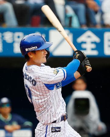 3回DeNA2死二塁、大和が中前に先制打を放つ=横浜