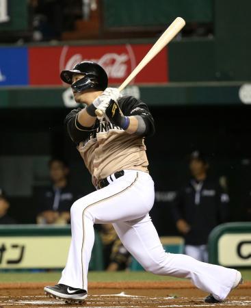 1回日本ハム2死二塁、中田が左前に先制打を放つ=メットライフドーム