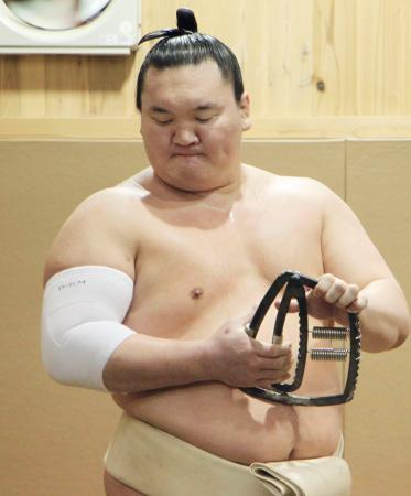 稽古で右手の握力を鍛える白鵬=2日、東京都墨田区の宮城野部屋