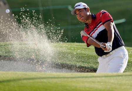 米男子ゴルフのウェルズ・ファーゴ選手権第1日、松山英樹の10番バンカーショット=2日、シャーロット(AP=共同)