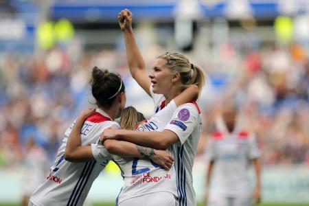 女子の欧州チャンピオンズリーグ準決勝のチェルシー戦でゴールを喜ぶリヨンのアダ・ヘーゲルベルク(右)=4月21日、デシーヌ(AP=共同)