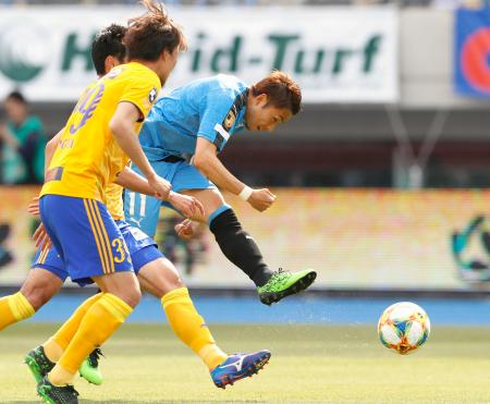 川崎―仙台 前半、先制ゴールを決める川崎・小林(右)=等々力