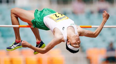 男子走り高跳び 2回目で2メートル30をクリアする衛藤昂=静岡スタジアム