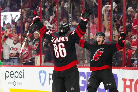 NHLプレーオフ、東カンファレンス準決勝。アイランダーズ戦でゴールを喜ぶハリケーンズの選手たち=3日、ローリー(USA TODAY・ロイター=共同)