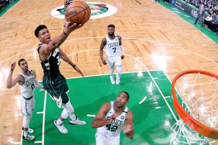 NBAプレーオフ、カンファレンス準決勝第3戦、セルティックス戦でシュートを放つバックスのヤニス・アデトクンボ=3日、ボストン(ゲッティ=共同)