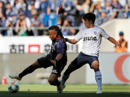 G大阪―FC東京 前半、競り合うG大阪・アデミウソン(左)とFC東京・久保建=パナスタ