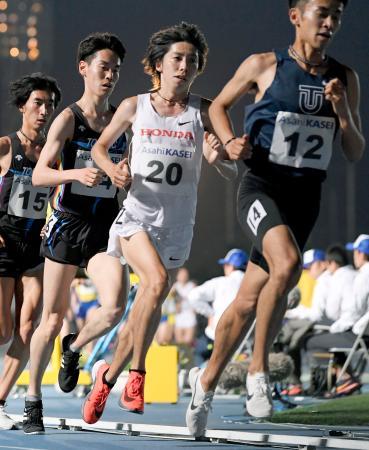 男子1万メートルを27分53秒67で制した設楽悠太(20)=延岡市西階陸上競技場
