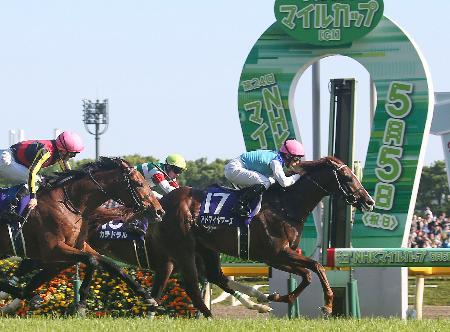 第24回NHKマイルカップを制したアドマイヤマーズ(17)=東京競馬場