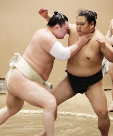 稽古で立ち合いの確認をする白鵬(左)=東京都墨田区の宮城野部屋