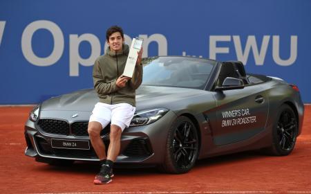BMWオープンを制し、副賞の乗用車と記念撮影におさまるクリスチャン・ガリン=5日、ミュンヘン(AP=共同)