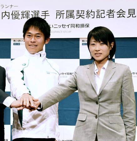 所属契約会見でポーズをとる川内優輝(左)と、婚約者の水口侑子さん=4月、東京都内