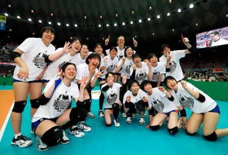 日立を破り優勝、笑顔で写真に納まる東レの選手たち=丸善インテックアリーナ大阪