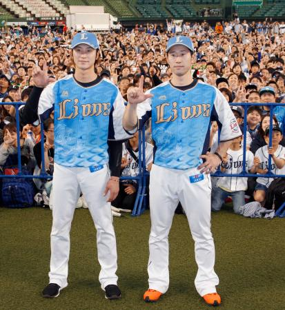 期間限定の「令王ユニホーム」を着用し、ファンをバックにポーズをとる西武・金子侑(左)と外崎=メットライフドーム