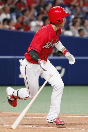 10回広島1死満塁、西川が左中間に走者一掃の勝ち越し三塁打を放つ=ナゴヤドーム