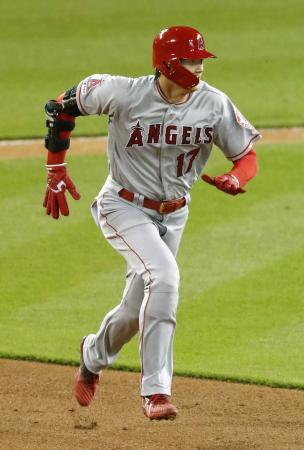 タイガース戦の9回、後続の安打で二塁に向かうエンゼルス・大谷=デトロイト(共同)