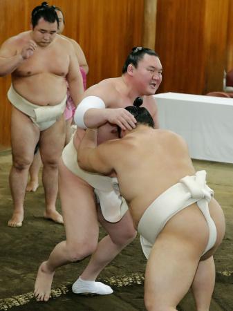 稽古総見で汗を流す横綱白鵬=6日、両国国技館の相撲教習所