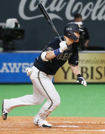 5回オリックス無死一塁、T―岡田が通算千安打となる右前打を放つ=札幌ドーム