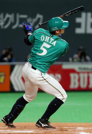 6回日本ハム2死一塁、大田が左中間に先制二塁打を放つ=札幌ドーム