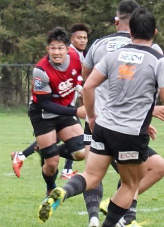 強化試合を前に練習するラグビー日本代表候補の姫野(左)ら=キャンベラ(共同)