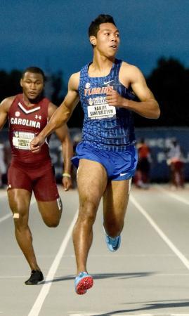 陸上の米大学南東地区選手権男子100メートル予選で全体トップの10秒10をマークしたサニブラウン・ハキーム(右)=フェイエットビル(共同)