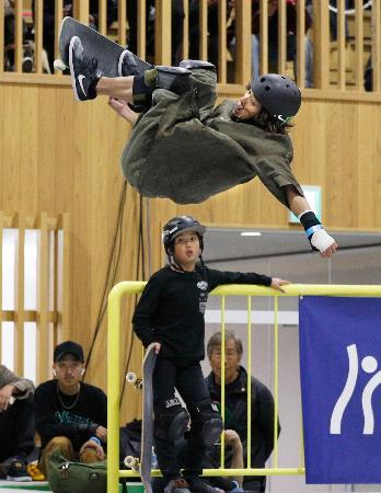 男子パーク準決勝 1位で決勝進出を決めた平野歩夢のエア=村上市スケートパーク