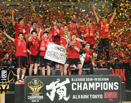 バスケットボール男子Bリーグで2連覇を果たし、喜ぶA東京の選手たち=11日、横浜アリーナ