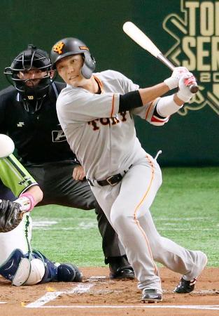 1回巨人1死、中前打を放つ坂本勇。開幕から36試合連続出塁でセ・リーグ新記録を樹立=東京ドーム