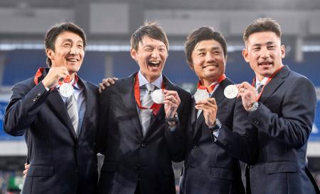 セレモニーで銀メダルを手に笑顔を見せる、2008年北京五輪の陸上男子400メートルリレーの日本代表メンバー。左から朝原宣治さん、高平慎士さん、末続慎吾さん、塚原直貴さん=12日、横浜市の日産スタジアム