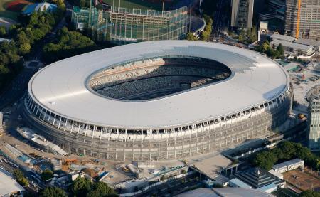屋根が完成した2020年東京五輪・パラリンピックのメインスタジアムとなる新国立競技場=17日午後、東京都新宿区(共同通信社ヘリから)