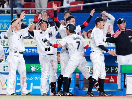 7回、満塁本塁打を放った鈴木(7)を迎えるロッテナイン=ZOZOマリン