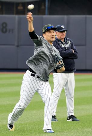 キャッチボールするヤンキース・田中=ニューヨーク(共同)