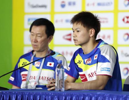 スディルマン杯開幕を前に記者会見する渡辺勇大(右)と朴柱奉ヘッドコーチ=南寧(共同)