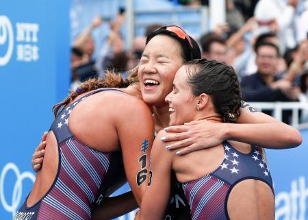 女子4位でゴールし、上位の米国選手らと喜ぶ高橋侑子(中央)=横浜市